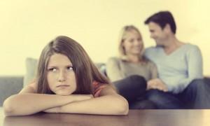 situacoes-filhos-nao-devem-interferir-menina-ciumes-pais-01